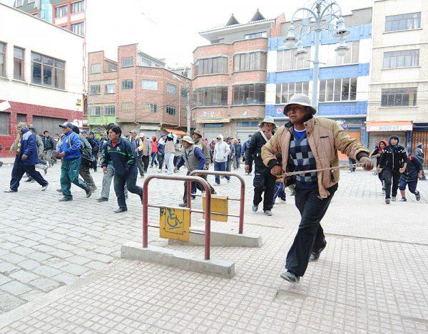 El vandalismo se apoderó de la localidad de Achacachi, ante la pasividad de los efectivos policiales, que solamente intervino después de los desmanes.