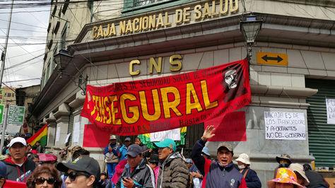 La Paz. Movilización de trabajadores de la CNS en la avenida Mariscal Santa Cruz. Foto: Ángel Guarachi