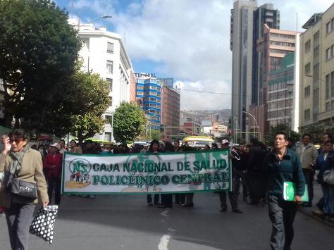Trabajadores de la CNS cierran carril de bajada de la avenida Mariscal Santa Cruz este miércoles 15 de febrero.