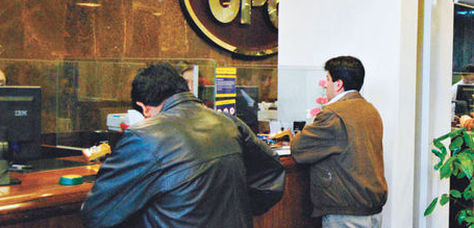 Clientes de un banco son atendidos en una sucursal de La Paz. Foto: Archivo La Razón