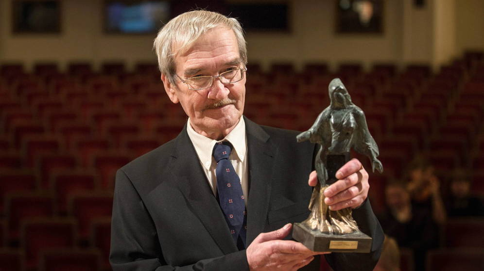 Foto: Stanislav Petrov recibiendo un premio en reconocimiento a su proeza. (EFE)