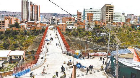 Vista del nuevo puente desde la avenida Regimiento Castrillo, al fondo el barrio de Miraflores.