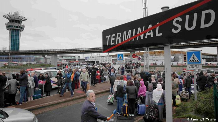 Frankreich Flughafen Paris Orly | evakuierte Passagiere (Reuters/B. Tessier)