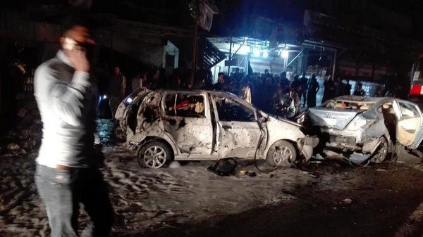 Autos destrozados en la zona de la explosión (Reuters)