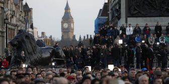 Una multitud participa en Londres de una vigilia por las víctimas del atentado ante el Parlamento británico