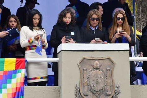 """Cuatro ministras """"embobadas"""" con sus celulares no prestan atención al desfile del Día del Mar"""