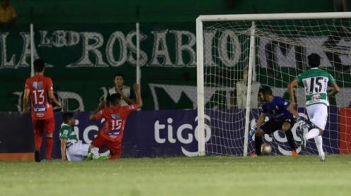 El meta de Guabirá Yeri Leigue mira como el balón 'duerme' en el fondo de su arco. Meza (dcha.) anotó el tanto refinero. Foto. Jorge Gutiérrez