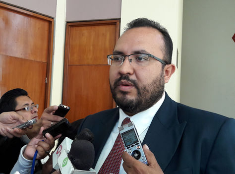 El ministro de Obras Públicas Servicios y Vivienda, Milton Claros, en declaraciones a los medios. Foto: La Razón