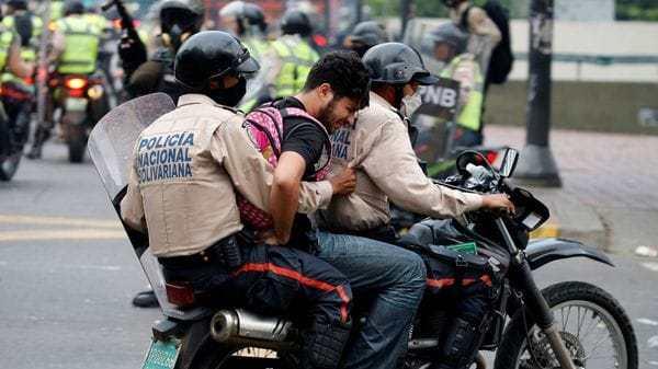 Así se llevaron detenido a un manifestante en Caracas (Reuters)