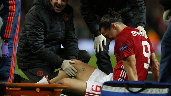 Zlatan salió del campo de juego en camilla (Reuters)