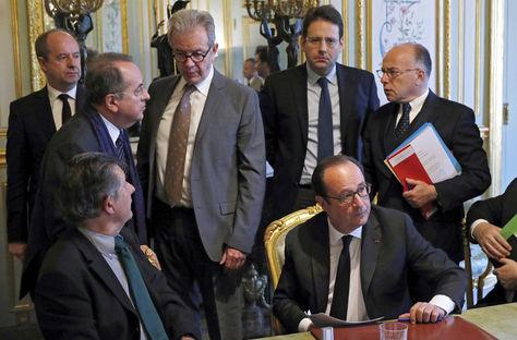 El presidente francés, François Hollande (centro derecha), charla con algunos de sus ministros al finalizar la reunión de crisis con los miembros de su Gobierno. Foto: EFE