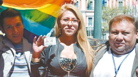 Luna Humérez, una mujer transexual, muestra su nuevo carnet de identidad, en 2016.