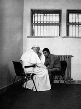 El Papa Juan Pablo II se reunió con el hombre que intentó asesinarlo, Mehmet Ali Agca, en la prisión de Rebibbia, Italia, el 27 de diciembre de 1983. Foto: Archivo