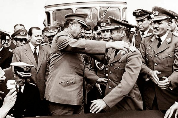 EL ABRAZO DE CHARAÑA SUCEDIÓ EN febrero de 1975 ENTRE los presidentes de Bolivia, general Hugo Banzer, y de Chile, el general Augusto Pinochet.