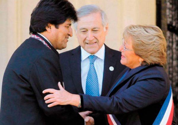 EVO MORALES, PRESIDENTE DE BOLIVIA, Y MICHELLE BACHELET SE SALUDAN CON UN ABRAZO BAJO LA ATENTA MIRADA DEL CANCILLER CHILENO HERALDO MUÑOZ.