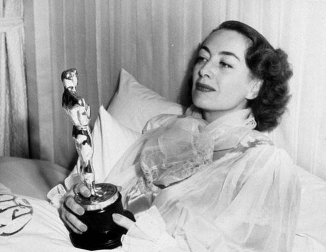 Joan Crawford con su Oscar por