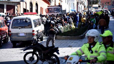 La Federación Departamental de Chóferes 1ro de Mayo bloquea en la avenida Uruguay en rechazo al retito de placas. Foto: Wara Vargas