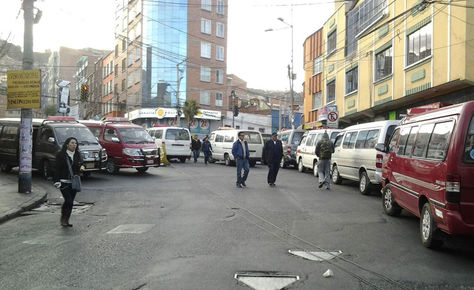 Vista del bloqueo en Cruce de Villas por el paro movilizado convocado por choferes de La Paz.