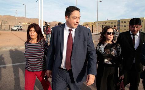 Arce (c) a la salida del penal con la viceministra de Gestión Consular, Carmen Almendras, y el director del Servicio de Defensa Pública del Estado, César Romano