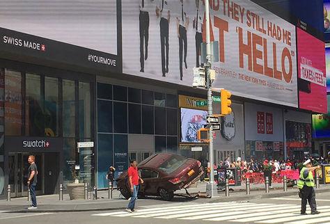 En esta foto lanzada en Twitter, la policía bloquea una intersección en Times Square cerca de un coche (fondo) que perdió el control y golpeó a los peatones en Nueva York. Foto: AFP