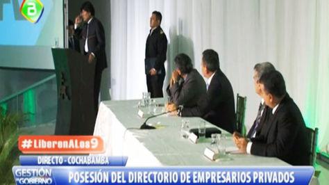 Evo Morales (i) toma la palabra durante el acto de los empresarios en Cochabamba