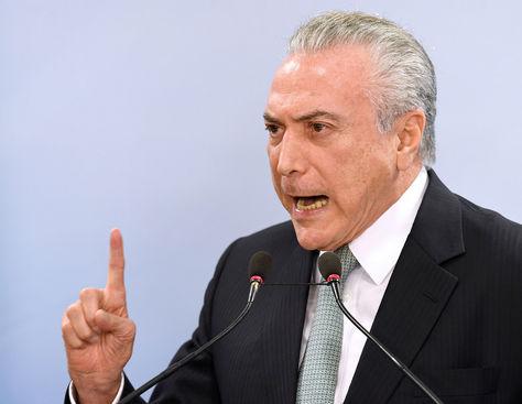El presidente de Brasil, Michel Temer, habla durante la conferencia de prensa tras su declaración sobre caso de corrupción. Foto: AFP