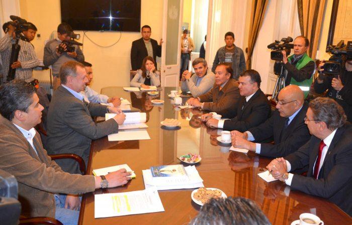 Representantes de la Confederación de Empresarios Privados de Bolivia y la Cámara de Industria, Comercio, Servicios y Turismo se reunieron con el presidente del Senado, José Alberto Gonzales.