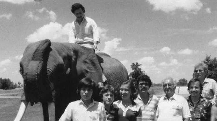 """Pablo Escobar viajó a Dallas para comprar los animales en un viejo zoo. Esta foto la publicó su hijo, Juan Pablo, en el libro """"Pablo Escobar, mi padre"""""""