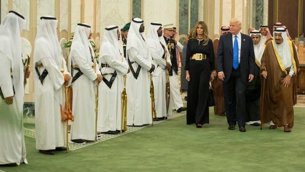 Melania Trump optó por no cubrirse la cabeza durante su visita a Arabia Saudita (Saudi Press Agency)