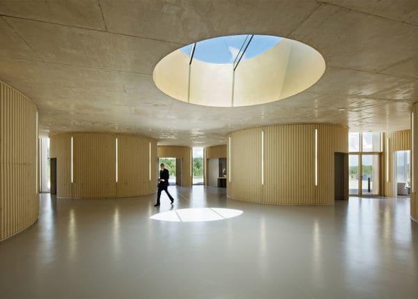 Los cilindros que se superponen en elcrematorio de Rennes, ubicado en el norte de Francia, dan forma a los muros de hormigón y vidrio.