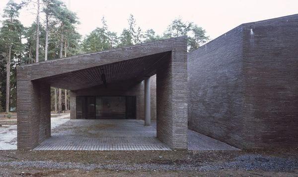 El cementerio de Woodland, en Suecia,es una estructura compacta de ladrillo que se imponeen medio de un bosque.