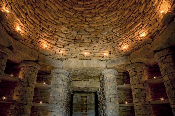 Con un techo de piedra de cinco metros de altura, Willow Row tiene una cámara interior con 59 nichos familiares que se rentan por un costo anual de USD 8.700.