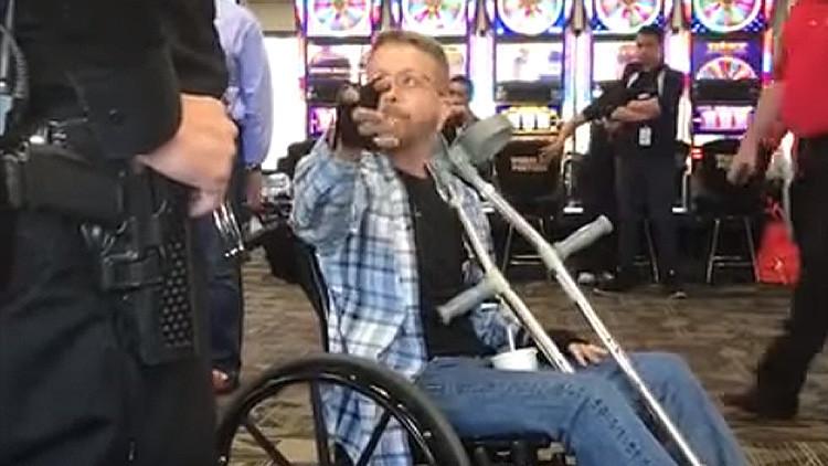 VIDEO: Un hombre insulta y golpea a otro en un aeropuerto de EE.UU. por hablar español con su madre