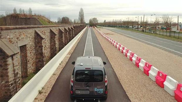 Una vista del Renault Kangoo con el sistema de carga inalámbrica en movimiento que Qualcomm evaluó en Versailles, Francia