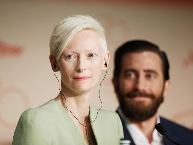 Tilda Swinton, una de las grandes valedoras de Netflix durante el festival, y Jake Gyllenhaal, en la rueda de prensa de