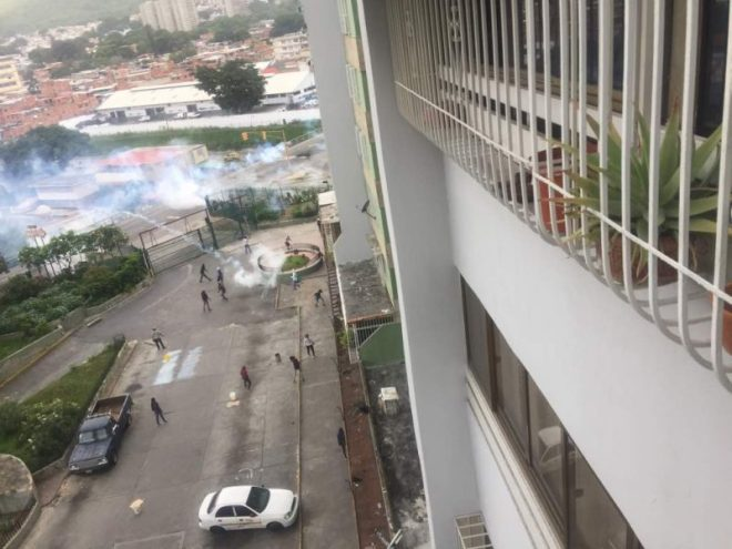 La GNB dispara bombas lacrimógenas hacia los edificios (Foto: @Angelicalugob)