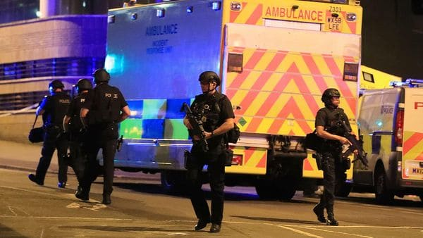 """Se activó un fuerte protocolo de seguridad en Manchester y todo el Reino Unido tras las explosiones. Se investiga el hecho como """"atentado terrorista"""" (AP)"""