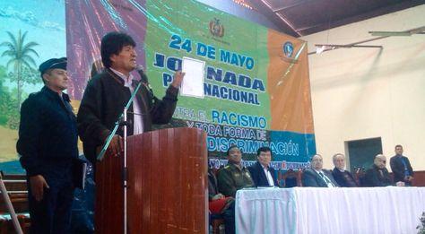 El presidente Evo Morales muestra la carta que recibió de una joven de Camargo que denunció discriminación.