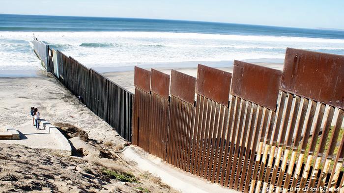 El muro que separa a Estados Unidos de México llega hasta la playa en Tijuana.