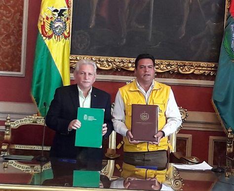 El gobernador de Santa Cruz, Rubén Costas y el alcalde Luis Revilla durante la firma del convenio. Foto: Ángel Guarachi