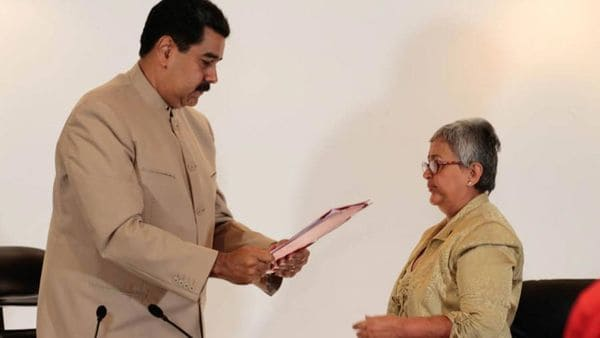 Nicolás Maduro junto a la presidente del CNE, Tibisay Lucena
