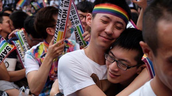 Una pareja celebra la decisión de la Corte Suprema que exigió la legalización del matrimonio homosexual en Taipéi, capitalde Taiwán (AFP)
