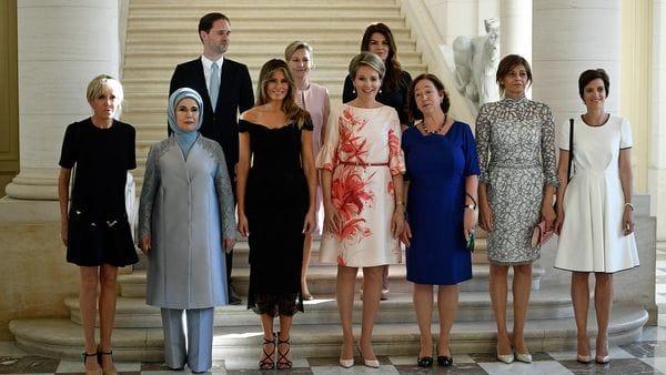 Brigitte Macron y Melania Trump junto a otros consortes de jefes de Estado en Bruselas (AFP)