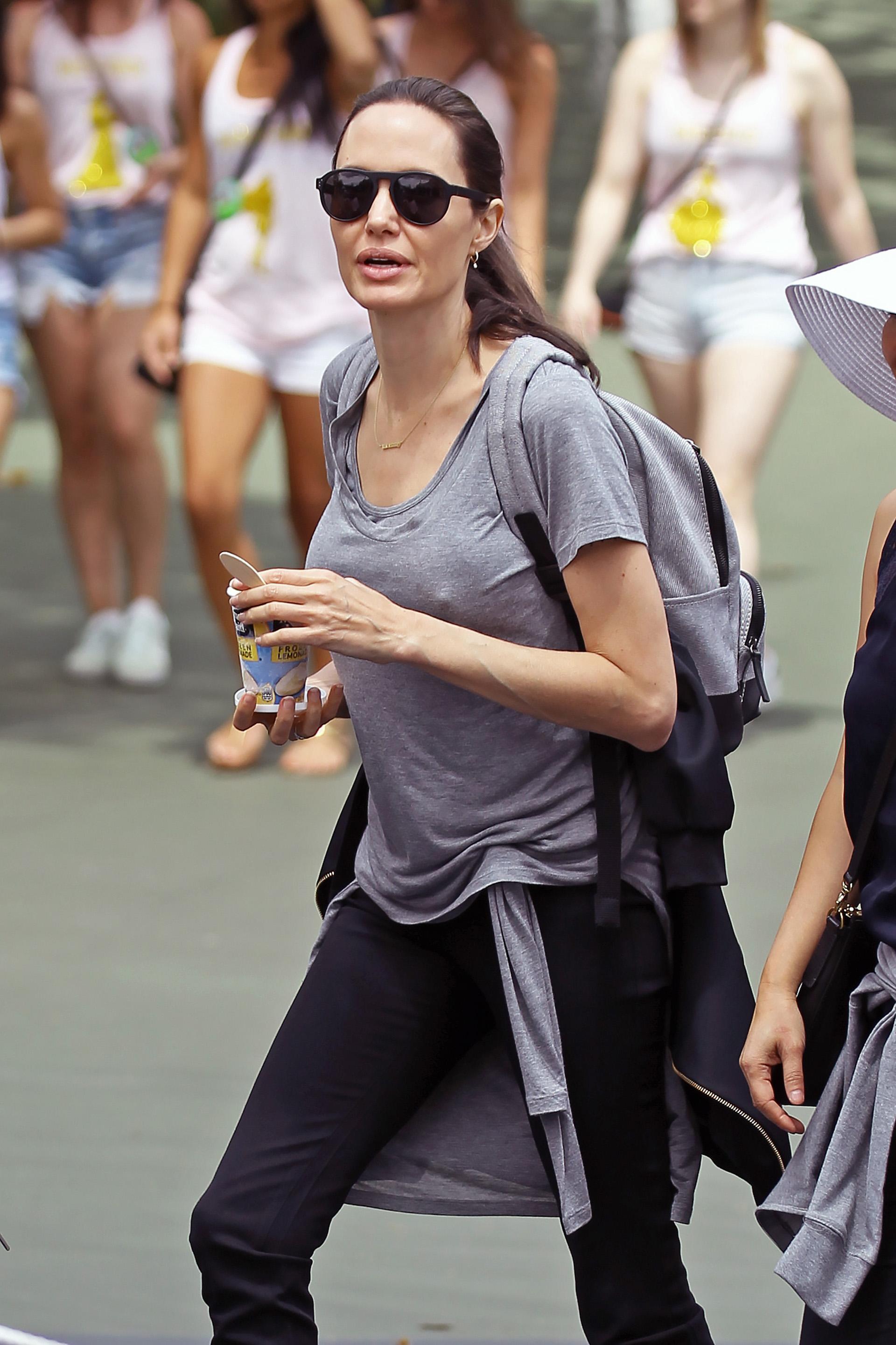 Muy informal, Angelina Jolie eligió un jean negro y una remera gris