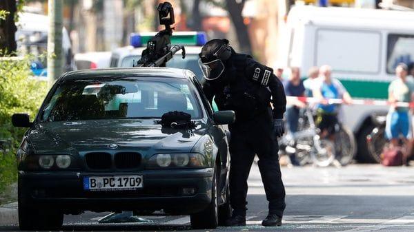 Un especialista antibomba se aproxima al auto utilizando ropa un equipo protector(Reuters)