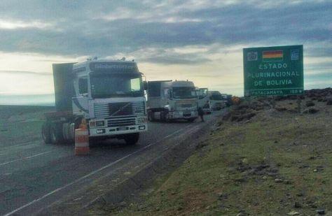 Camiones de transporte pesado cerca del paso fronterizo con Chile.