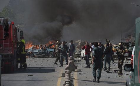 Las fuerzas de seguridad afganas llegaron al sitio de la explosión. Foto: AFP