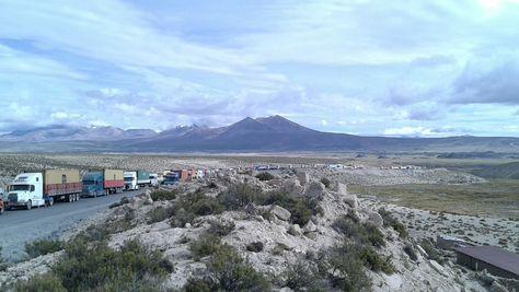 Cientos de vehículos varados en el sector de Tambo Quemado, frontera con Chile. Foto: Ibeth Carvajal