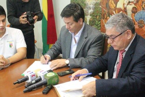 Firma de convenio entre el Comite Pro Santa Cruz y la Uagrm