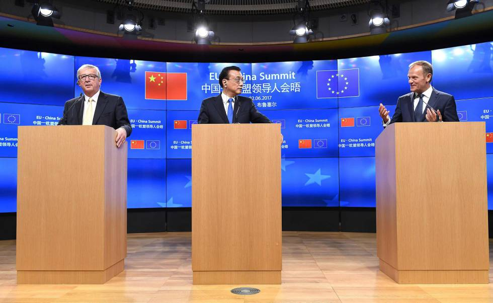 Jean-Claude Juncker (i), el primer ministro chino Li Keqiang y Donald Tusk, en una rueda de prensa de este viernes en Bruselas
